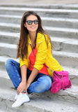 Adolescente hermoso en la ropa colorida que lleva las gafas de sol - outd Fotografía de archivo libre de regalías