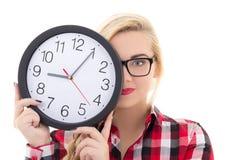 Adolescente hermoso en las lentes que sostienen el reloj aislado en w Imágenes de archivo libres de regalías