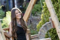 Adolescente hermoso en parque en verano Fotos de archivo