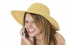 Adolescente hermoso en sombrero amarillo en el teléfono celular Foto de archivo libre de regalías
