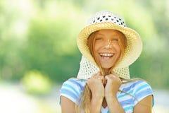 Adolescente hermoso en sombrero de ala ancha Fotos de archivo