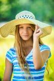 Adolescente hermoso en sombrero de ala ancha Fotos de archivo libres de regalías
