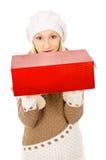 Adolescente hermoso en sombrero del invierno con un regalo Imagen de archivo libre de regalías