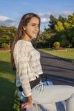 Adolescente hermoso en un banco Imágenes de archivo libres de regalías