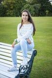 Adolescente hermoso en un banco Fotografía de archivo libre de regalías