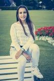 Adolescente hermoso en un banco Imagen de archivo libre de regalías