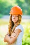Adolescente hermoso en un casco anaranjado Foto de archivo libre de regalías
