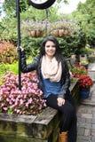 Adolescente hermoso en un parque rústico Foto de archivo