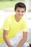 Adolescente hermoso en una camisa amarilla Imagen de archivo
