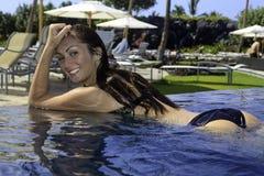 Adolescente hermoso en una piscina Fotos de archivo libres de regalías
