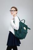 Adolescente hermoso en vidrios con la mochila verde Fotos de archivo libres de regalías