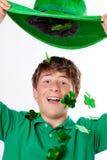 Adolescente hermoso feliz en verde con la flotación de Sha Foto de archivo libre de regalías