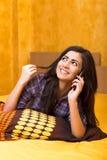 Adolescente hermoso feliz que habla en su teléfono elegante Fotos de archivo