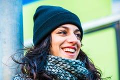 Adolescente hermoso gritador con el sombrero negro que sonríe y que ríe a través de los rasgones Fotos de archivo