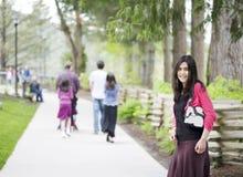 Adolescente hermoso hacia fuera en caminata con la familia Fotos de archivo libres de regalías