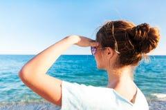 Adolescente hermoso joven que mira adelante el SE mediterráneo Imagen de archivo libre de regalías