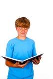 Adolescente hermoso, leyendo, aislado en blanco, tiro del estudio Fotos de archivo libres de regalías