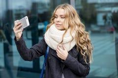 Adolescente hermoso moderno con los auriculares, smartphone Fotos de archivo libres de regalías