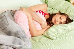 Adolescente hermoso pero cansado en su cama Foto de archivo libre de regalías