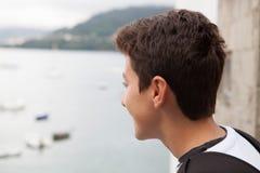 Adolescente hermoso que él está mirando todo derecho Imagen de archivo libre de regalías