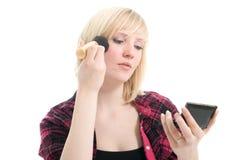 Adolescente hermoso que aplica maquillaje Imagen de archivo libre de regalías