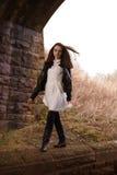 Adolescente hermoso que camina en una pared Imágenes de archivo libres de regalías