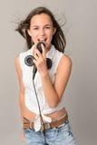 Adolescente hermoso que canta con el micrófono Foto de archivo libre de regalías