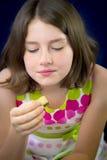 Adolescente hermoso que come el chocolate Foto de archivo