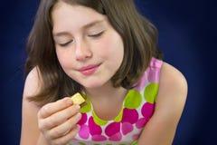 Adolescente hermoso que come el chocolate Foto de archivo libre de regalías