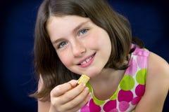 Adolescente hermoso que come el chocolate Imágenes de archivo libres de regalías