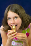 Adolescente hermoso que come el chocolate Fotos de archivo