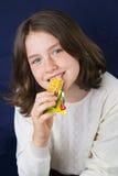 Adolescente hermoso que come la barra de energía Imagenes de archivo