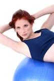 Adolescente hermoso que demuestra Situp en bola del ejercicio Foto de archivo libre de regalías