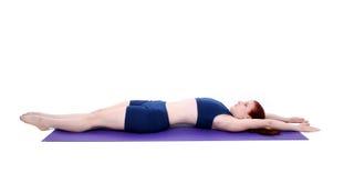 Adolescente hermoso que demuestra una posición del estiramiento de Pilates Imagenes de archivo