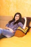 Adolescente hermoso que descansa sobre cama Imagen de archivo libre de regalías