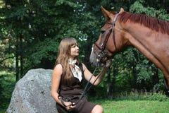 Adolescente hermoso que descansa sobre la roca en sta del parque y del caballo Fotografía de archivo libre de regalías