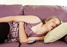 Adolescente hermoso que duerme en el sofá Fotografía de archivo