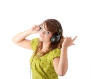 Adolescente hermoso que escucha la música Imágenes de archivo libres de regalías