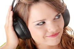 Adolescente hermoso que escucha la música Fotos de archivo