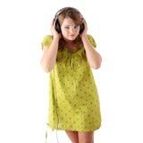 Adolescente hermoso que escucha la música Foto de archivo libre de regalías