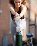 Adolescente hermoso que estira el músculo de la pierna Fotos de archivo