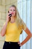 Adolescente hermoso que habla en el teléfono celular. Fotografía de archivo
