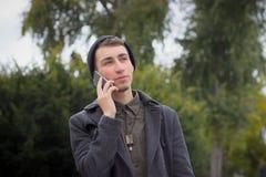 Adolescente hermoso que habla en un teléfono móvil Fotografía de archivo libre de regalías