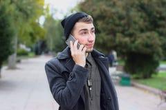 Adolescente hermoso que habla en un teléfono móvil Imagenes de archivo