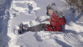 Adolescente hermoso que juega con nieve en parque del invierno Foto de archivo libre de regalías