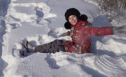 Adolescente hermoso que juega con nieve en parque del invierno Foto de archivo
