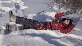 Adolescente hermoso que juega con nieve en parque del invierno Imagenes de archivo