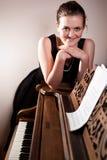 Adolescente hermoso que juega el piano Fotos de archivo libres de regalías