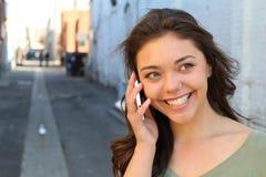 Adolescente hermoso que llama por el teléfono afuera Imagen de archivo libre de regalías