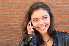 Adolescente hermoso que llama por el teléfono afuera Imagenes de archivo